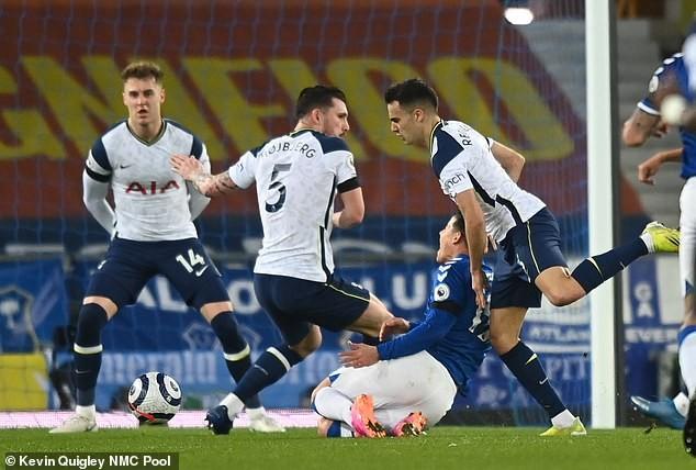 Mourinho nở nụ cười khi Tottenham chịu phạt đền - ảnh 1