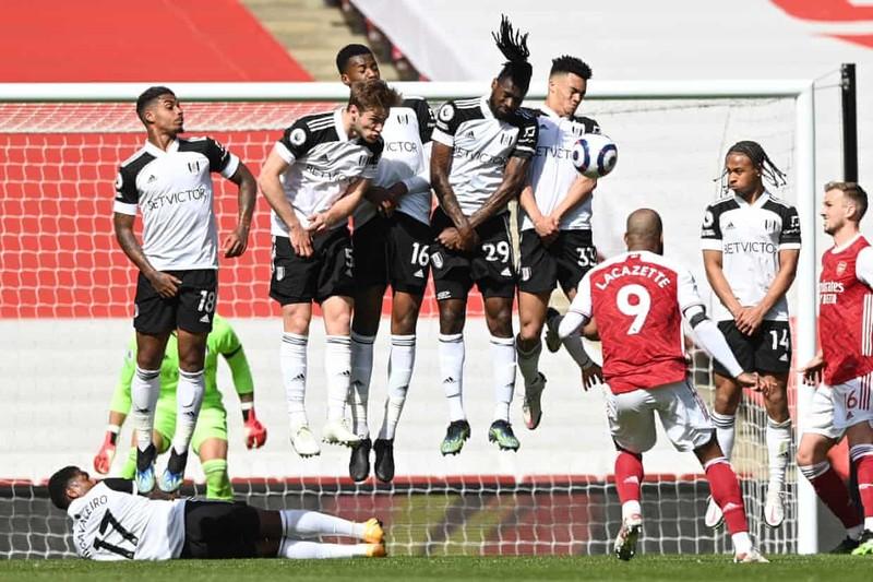 Hai lần bị từ chối bàn thắng, Arsenal thoát hiểm phút bù giờ - ảnh 1