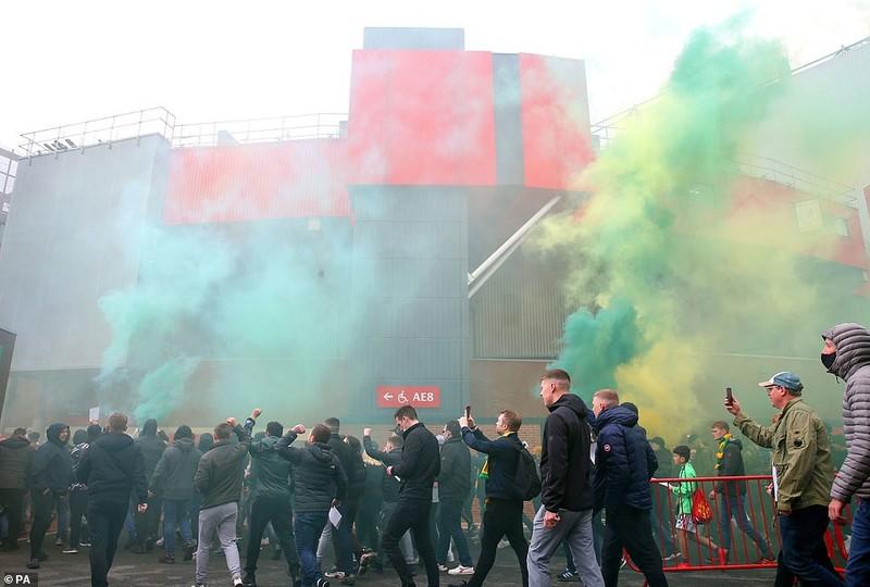 Hoãn trận đấu MU-Liverpool do CĐV bạo động tại Old Trafford - ảnh 2