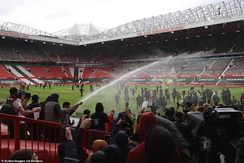 Hoãn trận đấu MU-Liverpool do CĐV bạo động tại Old Trafford - ảnh 3