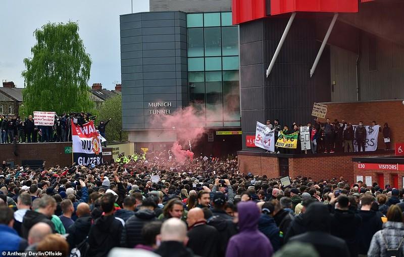 Hoãn trận đấu MU-Liverpool do CĐV bạo động tại Old Trafford - ảnh 5