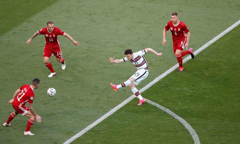 Bồ Đào Nha hạ Hungary kịch tính, Ronaldo đi vào lịch sử Euro - ảnh 1