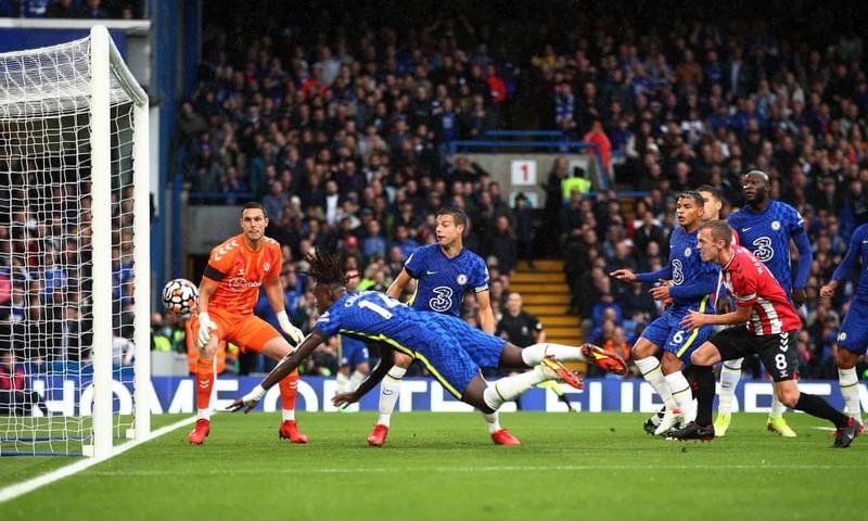 Hai lần bị từ chối bàn thắng, Chelsea thắng kịch tính lên ngôi đầu bảng - ảnh 2