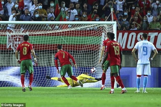 Fernando Santos quyết giữ cựu binh, Ronaldo nói gì về kỷ lục mới?  - ảnh 2