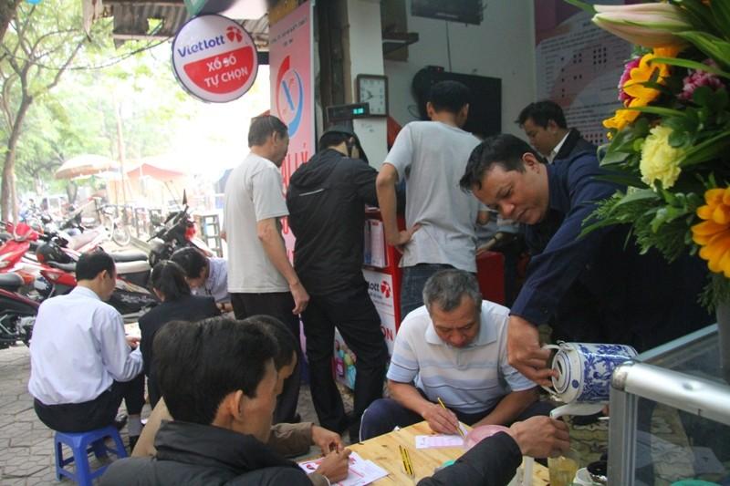 Dân Hà Nội chen nhau mua vé số Vietlott  - ảnh 3
