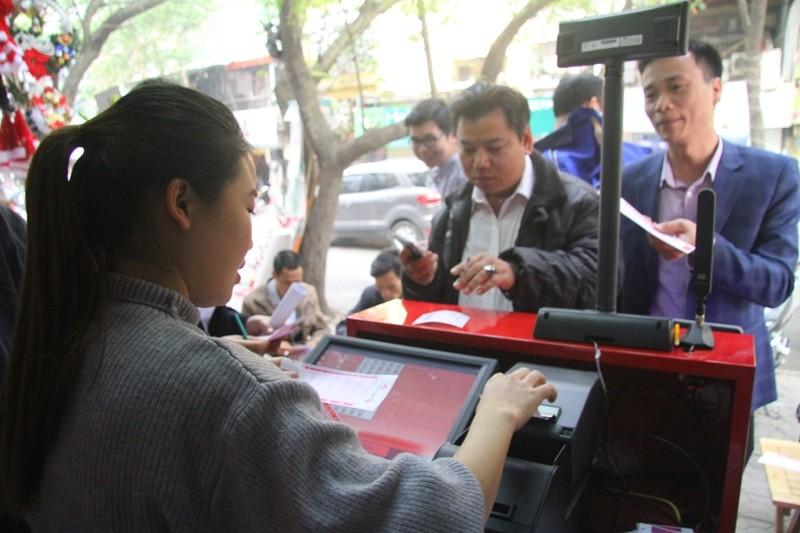 Dân Hà Nội chen nhau mua vé số Vietlott  - ảnh 2
