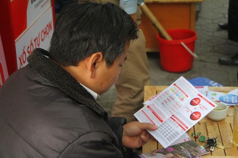 Dân Hà Nội chen nhau mua vé số Vietlott  - ảnh 6