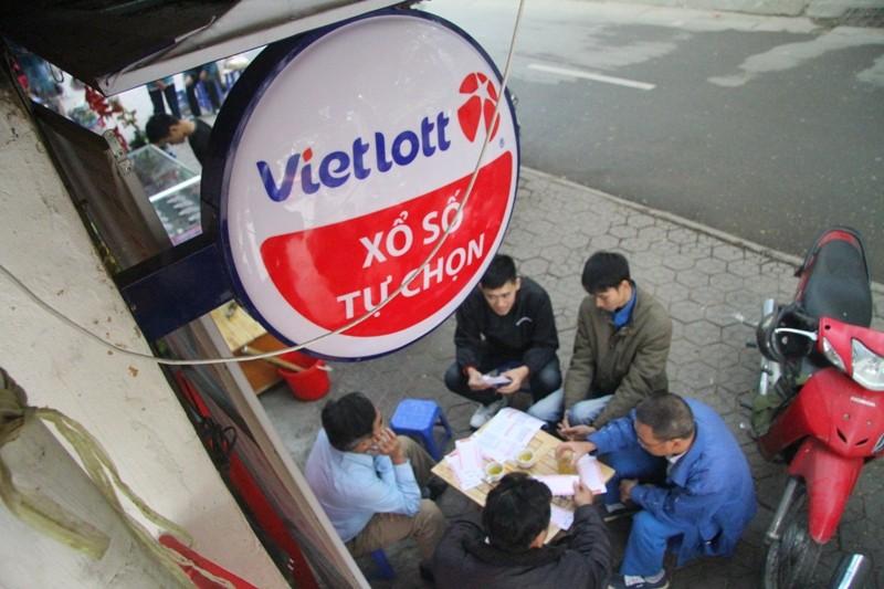 Dân Hà Nội chen nhau mua vé số Vietlott  - ảnh 5