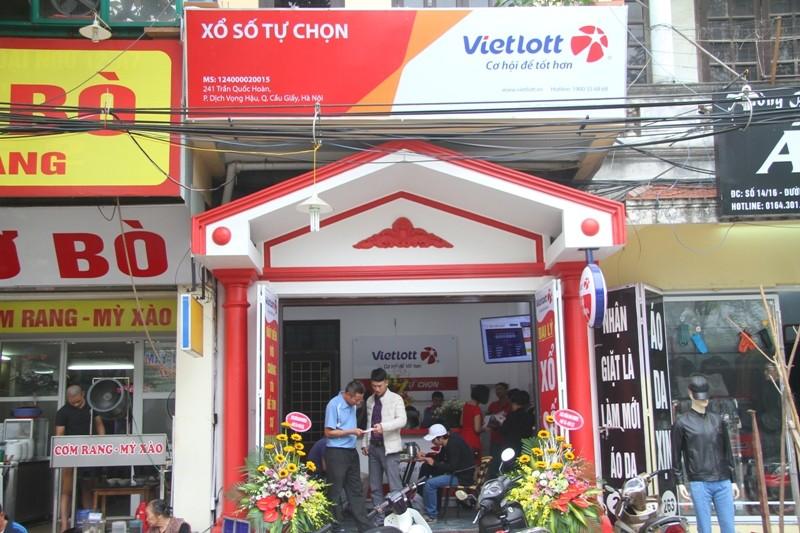 Dân Hà Nội chen nhau mua vé số Vietlott  - ảnh 1