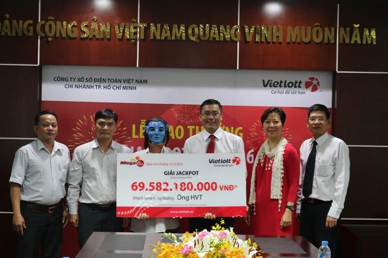 Người trúng Vietlott đội tóc giả nhận thưởng 69 tỉ đồng - ảnh 1