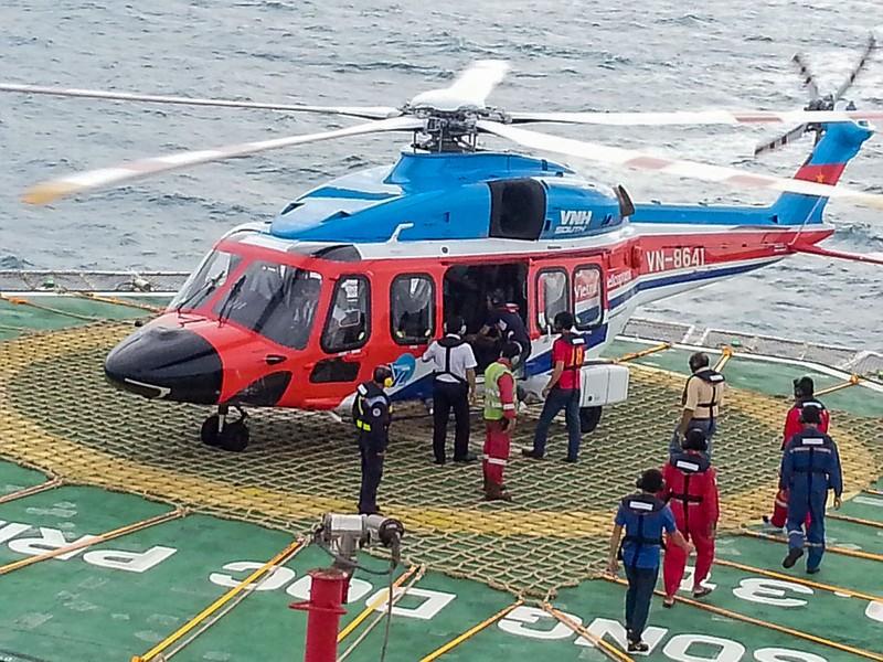 Ngư dân gặp nạn được trực thăng đưa vào đất liền - ảnh 2