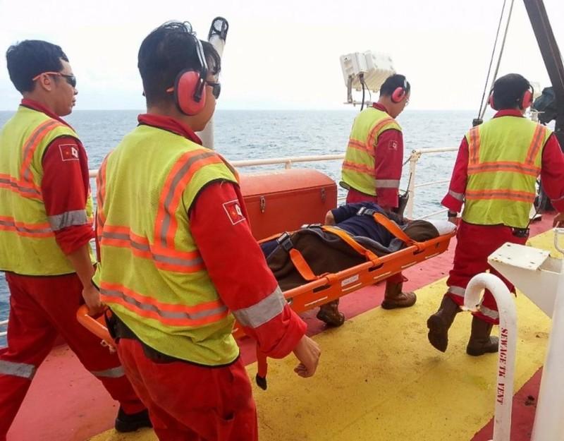 Ngư dân gặp nạn được đưa lên cáng sơ cứu vết thương