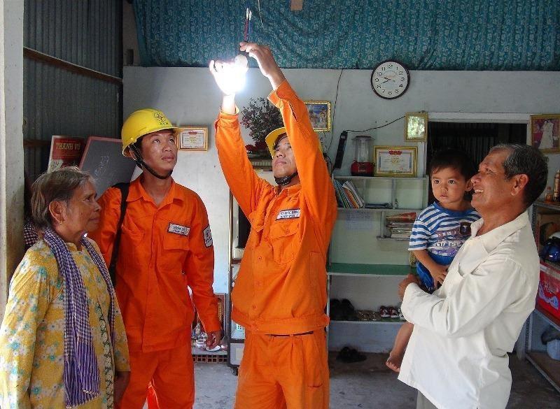Bộ Công Thương muốn đóng dấu mật với giá điện, xăng dầu - ảnh 1