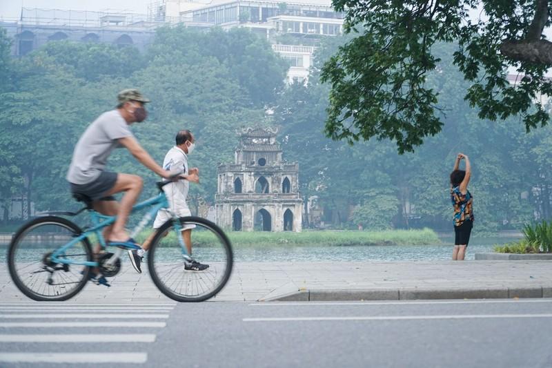 Người dân Hà Nội phấn khởi khi được ra đường tập thể dục - ảnh 2