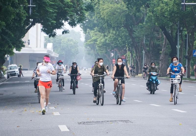 Người dân Hà Nội phấn khởi khi được ra đường tập thể dục - ảnh 1