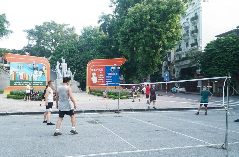Người dân Hà Nội phấn khởi khi được ra đường tập thể dục - ảnh 3