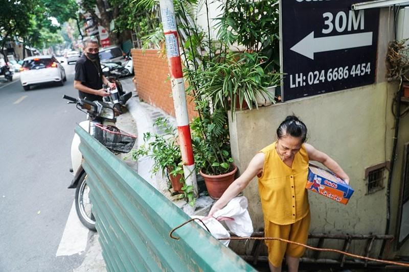 Chùm ảnh: Người Hà Nội vất vả đi lại vì các chốt tự quản bảo vệ vùng xanh  - ảnh 2
