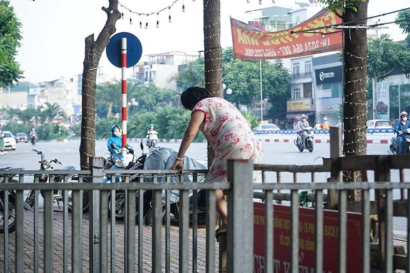 Chùm ảnh: Người Hà Nội vất vả đi lại vì các chốt tự quản bảo vệ vùng xanh  - ảnh 3