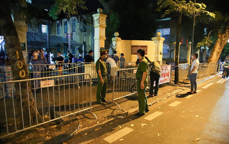 Người nhà tiếp tế đồ đạc trong đêm ở ổ dịch Bệnh viện Việt Đức - ảnh 2