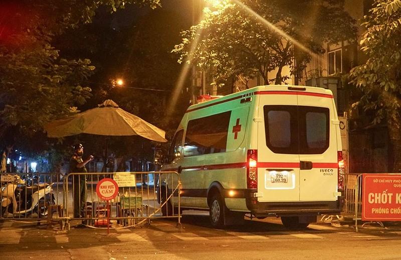 Người nhà tiếp tế đồ đạc trong đêm ở ổ dịch Bệnh viện Việt Đức - ảnh 3