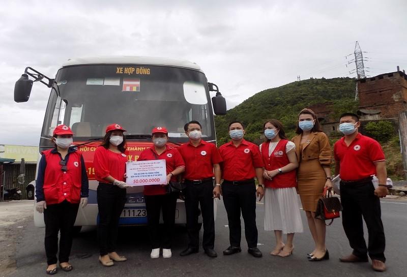 Hội chữ thập đỏ Hà Nội trao quà cho Đà Nẵng trên đèo Hải Vân - ảnh 1