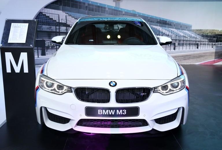BMW đúng là siêu xe, công nghệ và người đẹp  - ảnh 3