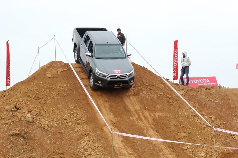 'Chúi đầu, ngửa cổ' cùng Toyota Hilux ở Đồng Mô - ảnh 3