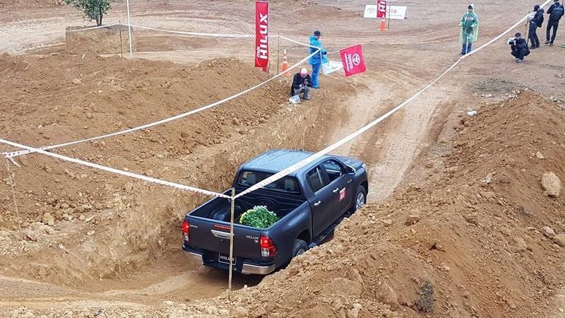 'Chúi đầu, ngửa cổ' cùng Toyota Hilux ở Đồng Mô - ảnh 4