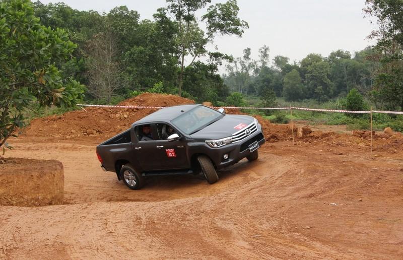 'Chúi đầu, ngửa cổ' cùng Toyota Hilux ở Đồng Mô - ảnh 5