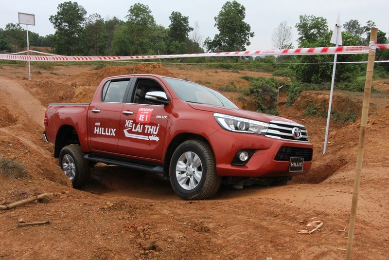 'Chúi đầu, ngửa cổ' cùng Toyota Hilux ở Đồng Mô - ảnh 6