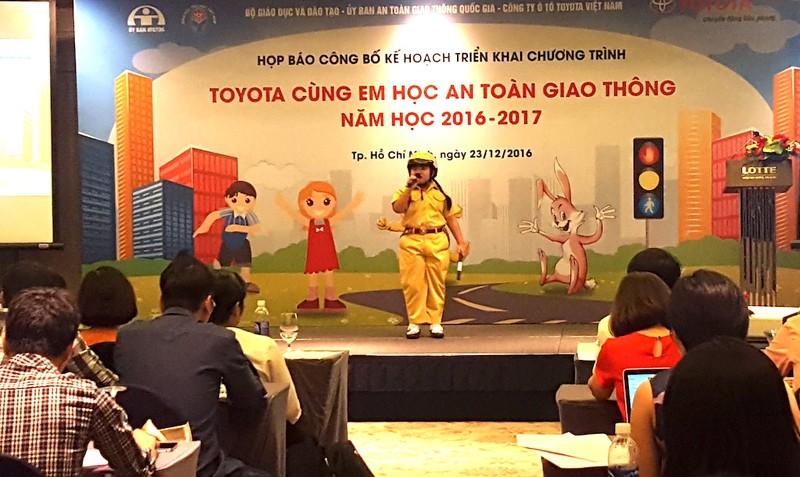 Chương trình 'Toyota cùng em học ATGT' 2016-2017 - ảnh 1