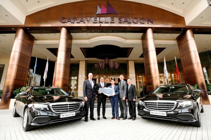 Mercedes-Benz bàn giao bộ đôi E 200 cho Hotel Caravelle - ảnh 1
