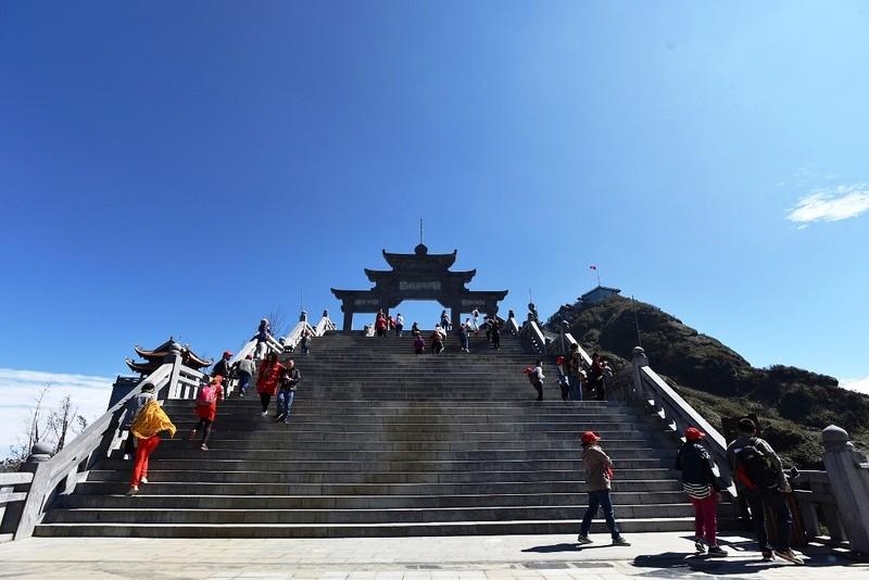 'Lạc bước' trước hình ảnh tâm linh trên đỉnh Fansipan - ảnh 2