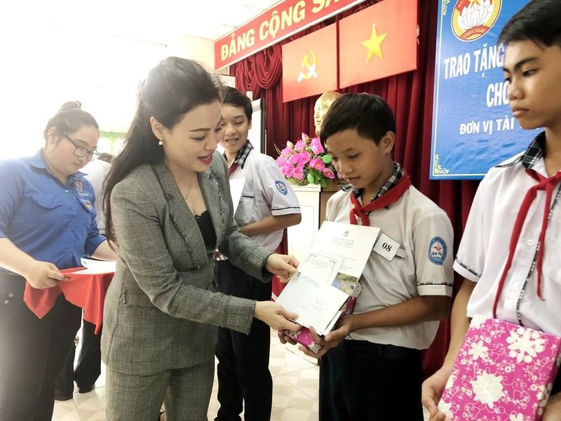 Trao học bổng cho 150 HS-SV nghèo, học giỏi Bình Chánh - ảnh 2