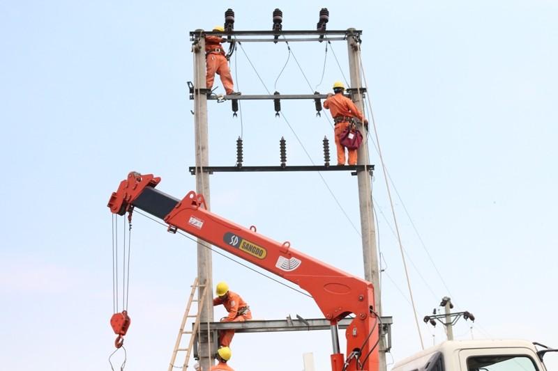EVNNPC: Nâng cấp lưới điện chuẩn bị cho mùa nắng nóng - ảnh 1