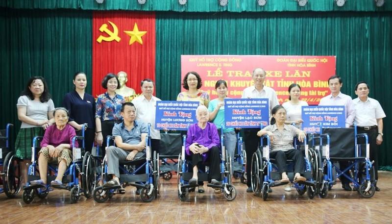 Trao 209 xe lăn cho người khuyết tật tỉnh Hòa Bình - ảnh 1