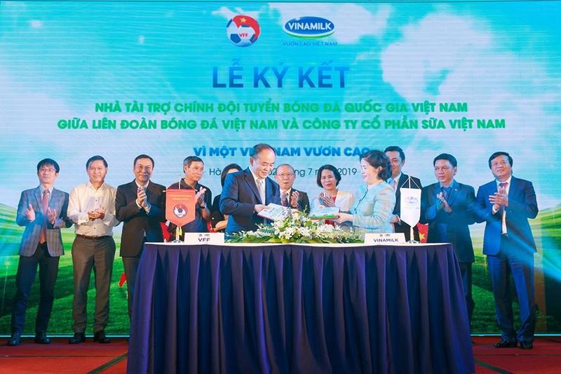 Vinamilk tài trợ chính cho các đội tuyển bóng đá Việt Nam - ảnh 1