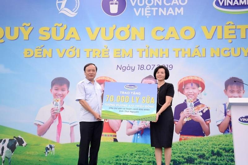 Vinamilk trao tặng 70.000 ly sữa cho trẻ em Thái Nguyên - ảnh 1