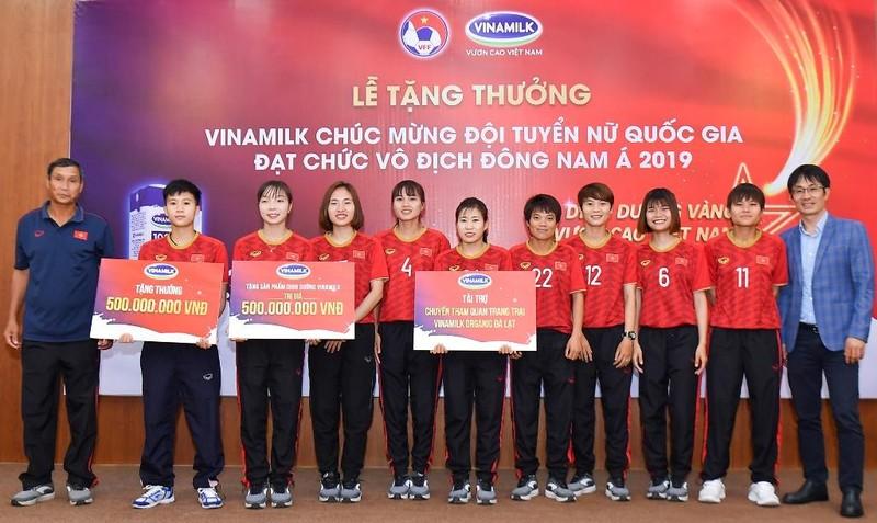 Vinamilk trao thưởng cho đội tuyển bóng đá nữ quốc gia - ảnh 1