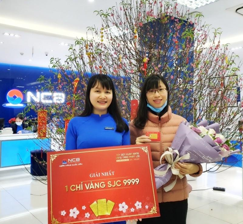 NCB trao 50 chỉ vàng SJC 9999 cho khách hàng - ảnh 1