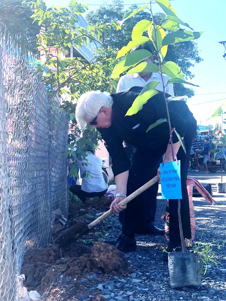 VWS tổ chức trồng 600 cây dầu và sưa ở xã Đa Phước - ảnh 3