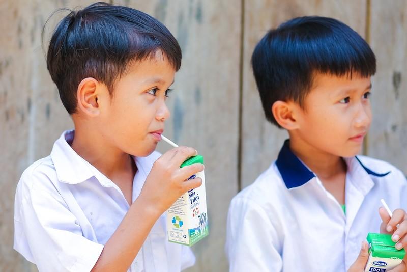Học sinh 6 huyện miền núi Quảng Nam được uống sữa miễn phí - ảnh 2