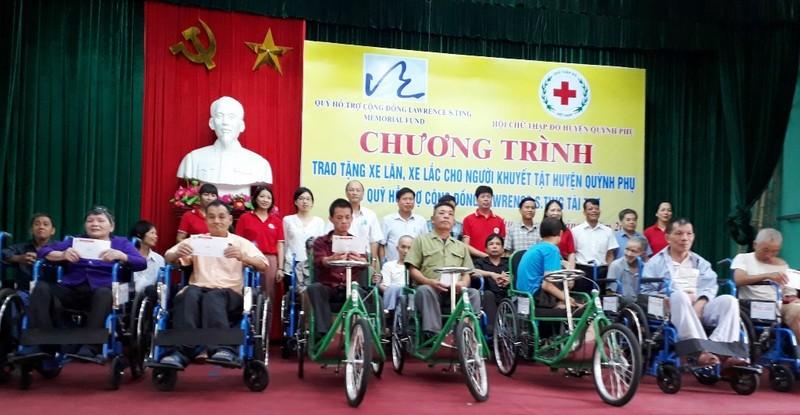 Trao tặng 250 chiếc xe lăn, xe lắc cho người khuyết tật - ảnh 1