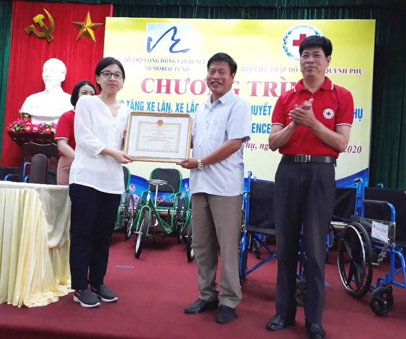Trao tặng 250 chiếc xe lăn, xe lắc cho người khuyết tật - ảnh 2
