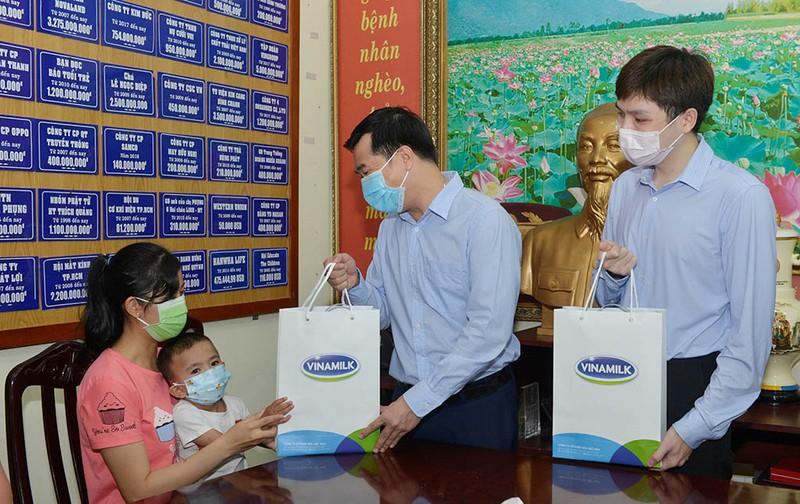 Vinamilk hỗ trợ 500 triệu đồng mổ tim cho trẻ em nghèo - ảnh 2