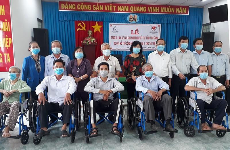 Tặng 230 chiếc xe lăn, xe lắc tình thương cho người khuyết tật - ảnh 1
