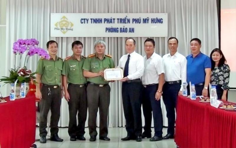 Phú Mỹ Hưng nhận giấy khen của Công an Quận 7, TP.HCM - ảnh 2