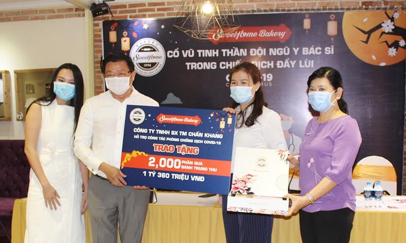 Tặng 2000 hộp bánh trung thu cho đội ngũ chống dịch COVID-19 - ảnh 1
