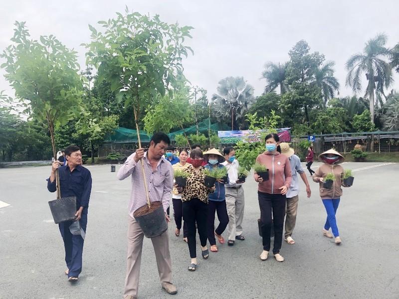 VWS trồng cây xanh và hoa dọc nhiều tuyến đường ở Đa Phước - ảnh 2