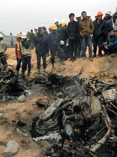 Nhiều xe máy bị đốt cháy.